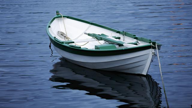 Man ziet eigen boot voorbijvaren