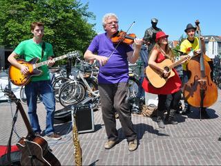 Whitecomb and the Beertenders speelden op de Hoogstraat in Leiden. Het Gouden Pet festival, Lakenfeesten, 30juni, 2013. De winnaar van het festival is, The Cannonball Johnson band..