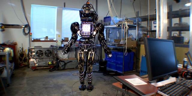 Menselijke Atlas-robot werpt ketenen af