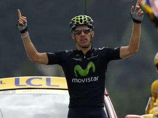 De renner van Movistar ontsnapt op de slotklim aan zijn medevluchters, waaronder Dumoulin en Gesink.