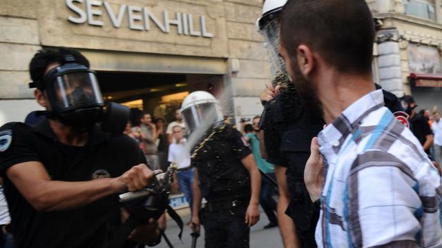 Politie treedt weer hard op tegen Turks protest
