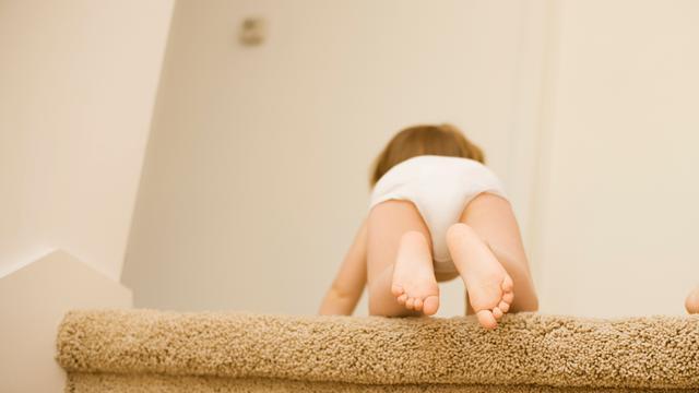 Baby ontwikkelt angst voor hoogte al kruipend