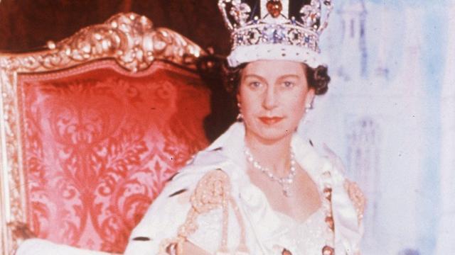 Kroningsjurk Elizabeth tentoongesteld in paleis