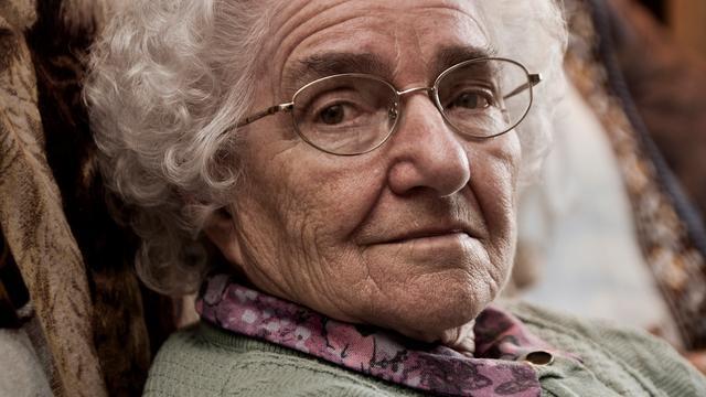 Oma krijgt voor het eerst een virtual reality-bril op