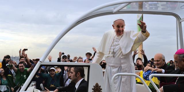 Paus wil homoseksuele priesters niet veroordelen