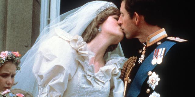 Ontwerpers van Diana's trouwjurk vechten in rechtszaal om verkoop schetsen