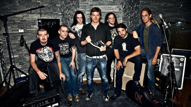 Floris van Bommel maakt schoen voor metalband