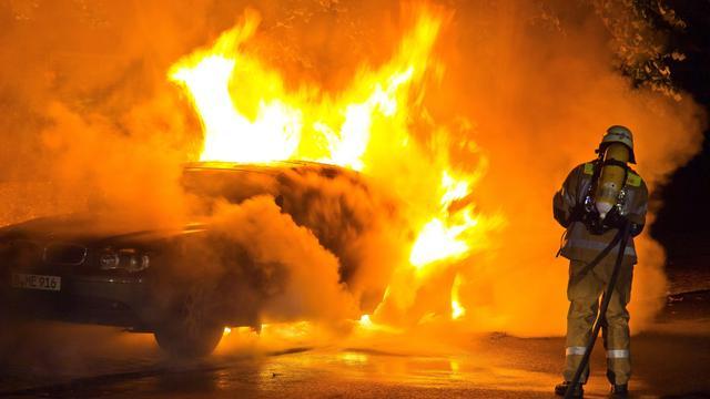 Auto vliegt twee keer in brand in Amsterdam Noord