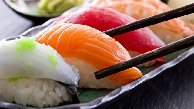 Chinees heeft honderden wormen in lichaam na eten sushi