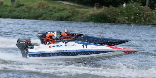 Powerboaten gebonden aan slakkengangetje