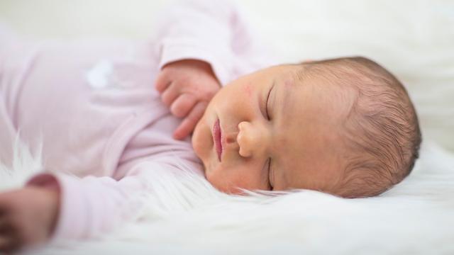 Slapen op dierenhuid vermindert kans op astma bij baby