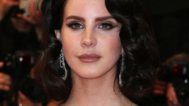 Lana Del Rey emotioneel tijdens eerste optreden na ontvoeringspoging