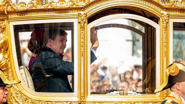 Koning onthult glazen koets in Haags museum