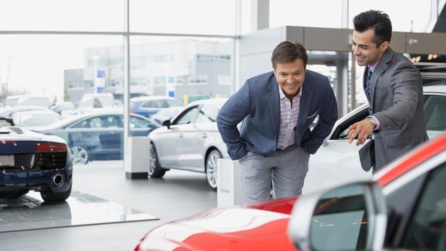 Kwart minder autodealers kopje onder in 2015
