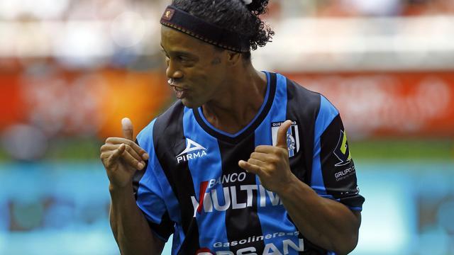 Ronaldinho meldt zich drie weken te laat bij Queretaro