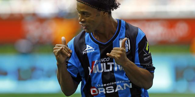 Ronaldinho deelt handtekening uit aan brutale fan (video)