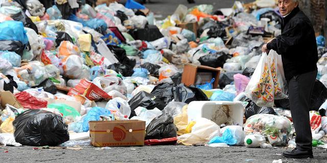 Containers vol afval bij opruimactie Rotterdam
