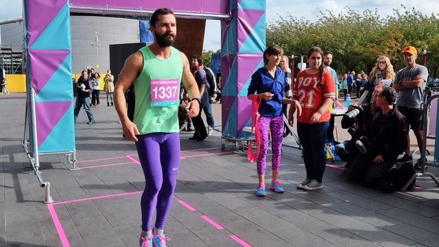 Shia LaBeouf rent marathon rond Stedelijk Museum