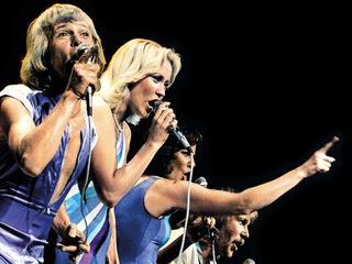 Beste benadering van hoe Zweedse popgroep op het podium klonk