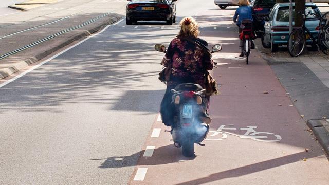 Scooterrijders geven geen gehoor aan fietspadverbod in Rotterdam