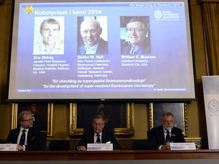 Amerikanen Eric Betzig en William E. Moerner en Roemeen Stefan W. Hell winnen prijs
