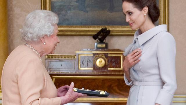 Angelina Jolie geëerd door koningin Elizabeth