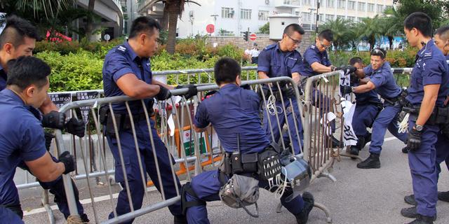 Politie verwijdert barricades in Hongkong