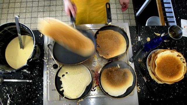 Drie Bredase scholen bakken pannenkoeken voor ouderen