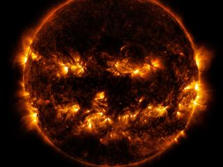 Zonnewind komt niet gelijkmatig van het zonneoppervlak.
