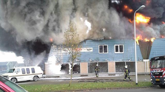 Grote brand verwoest garagebedrijf Emmeloord