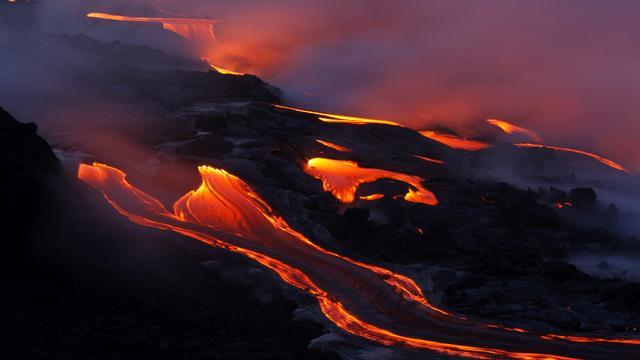 Vulkaanlava stevent af op dorp Hawaï
