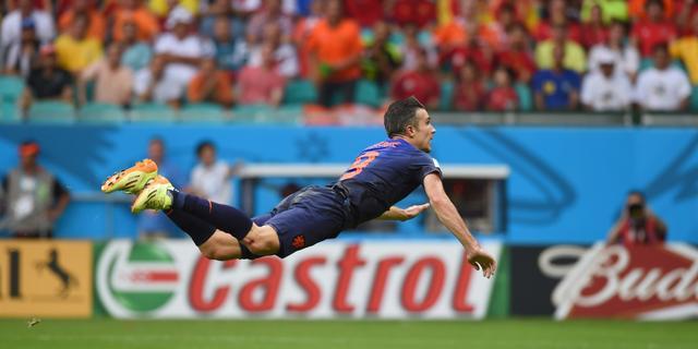 Van Persie maakt met kopgoal op WK kans op Puskas Award