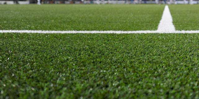 Krabbendijke haalt korrels van voetbalveld wegens mogelijke risico's