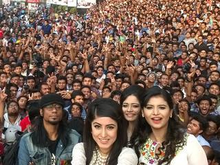 Op selfie staan 1151 mensen