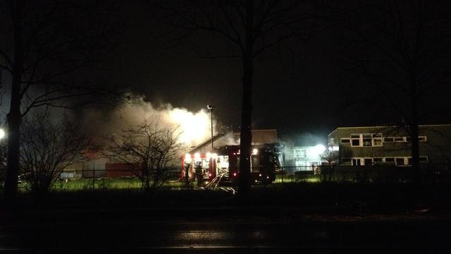 Grote uitslaande brand in sporthal van school in Steenwijk