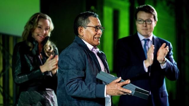 Koninklijke familie looft Colombiaanse kunstenaar