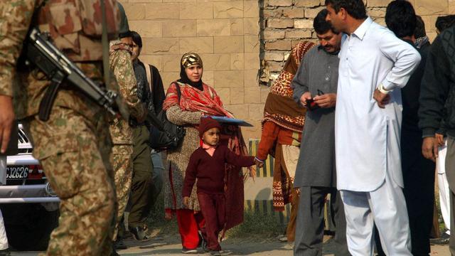 Zeker 141 doden bij aanval Taliban op school in Pakistan