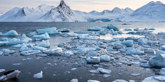 Smeltwaterpoeltjes brengen ijsvrije Noordpool in zicht (rond 2035)