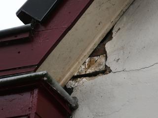 Gescheurde muren en pleisterwerk na aardbeving op dinsdag