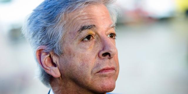 Minister Plasterk tekent condoleance Mitch Henriquez in Arubahuis