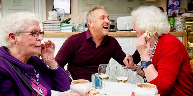 Gordon verrast ouderen met een kerstlunch