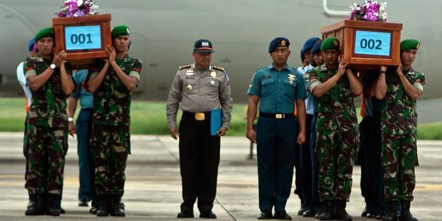 Eerste lichamen ramp AirAsia aangekomen op vliegveld Surabaya