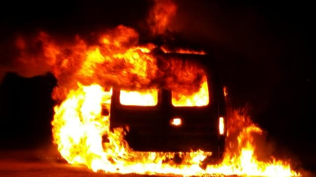 Auto vliegt tijdens rijden in brand op Bernard Kochstraat
