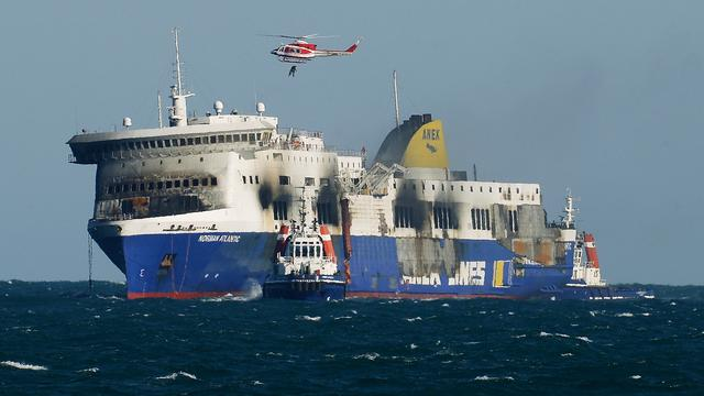 Uitgebrande veerboot naar Italiaanse Brindisi gesleept