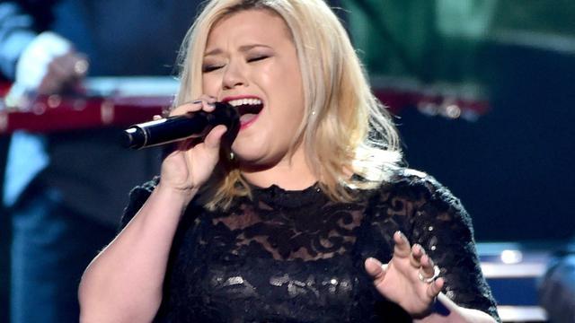 Kelly Clarkson hint op release nieuw album deze maand