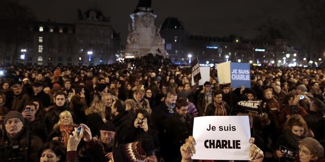 Ruim 100.000 mensen betogen voor persvrijheid na aanslag Parijs