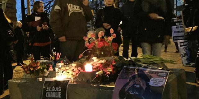 Duizenden demonstranten op de Dam na aanslag Parijs