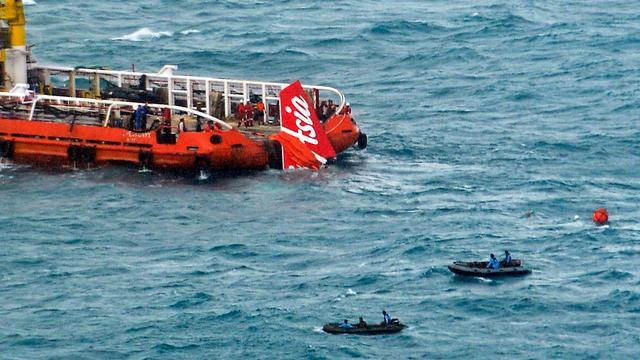 Brokstukken en menselijke resten AirAsia ver van rampplek gevonden