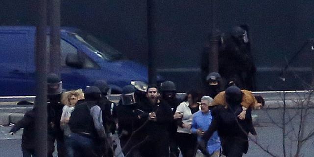 Verdachten aanslag Charlie Hebdo gedood, gijzelingen Parijs voorbij