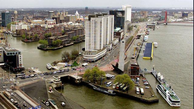 Twee gewonden door ongeval met goederenlift in Rotterdam.